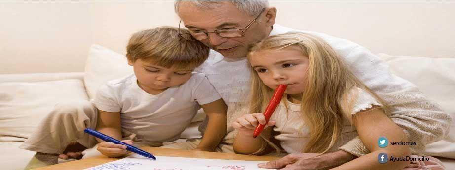 Cómo enseñar a los más pequeños a hacer ejercicios con su abuelo que padece alzheimer