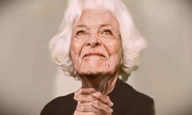 Si crees que esta es la foto de una mujer anciana, mira de nuevo